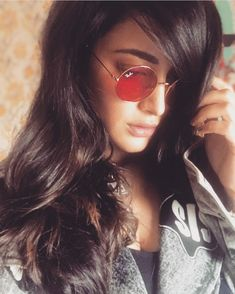 Shruti Haasan Beautiful HD Photoshoot Stills & Mobile Wallpapers HD Round Sunglasses, Mirrored Sunglasses, Sunglasses Women, Hd Wallpapers For Mobile, Mobile Wallpaper, Celebrity Fashion Looks, Celebrity Style, Stylish Dpz, South Indian Actress