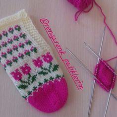 Fotoğraf açıklaması yok. Knitting Socks, Christmas Stockings, Diy And Crafts, Holiday Decor, Instagram, Knit Socks, Needlepoint Christmas Stockings, Christmas Leggings, Stockings