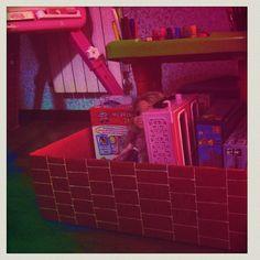 DIY reciclamos una caja de cartón para darle multiusos: lo convertimos en chimenea navideña, baúl para juguetes y mesa de juegos