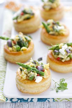 Vol-au-vents are the perfect vessel for small bites such as egg scrambles, sauteed wild mushrooms, seafood salads, chorizo. You name it and a vol-au-vent will hold it Vol Au Vent, Pastry Recipes, Cooking Recipes, Wedding Appetizers, Birthday Appetizers, French Appetizers, Comida Latina, Wontons, French Pastries