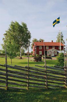 Sweden - Swedish Summer Lifestyle - Nygammalt hus i Tällberg - Hus & Hem Scandinavian Cabin, Nordic Home, Swedish Cottage, Red Cottage, Sweden Cities, Sweden House, Red Houses, Sweden Travel, Scandinavian Countries