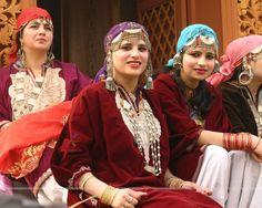 silver jewelries of indian state kashmir Kashmir Pakistan, Kashmir India, States Of India, Fancy Blouse Designs, Salwar Designs, Srinagar, Indian Festivals, Indian Designer Outfits, India Fashion