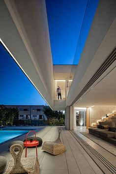 Modern home design with unique architecture. Indoor-outdoor living style with large pool terrace that extends a luxury living room via retractable glass doors. Modern Exterior, Interior Exterior, Interior Design, Treads And Risers, Portugal, Internal Courtyard, Concrete Steps, Unique Wall Decor, Living Styles