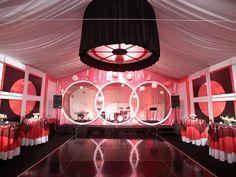 Te enseño como realizar la decoración de un salón para boda original con telas, globos, luces y más. También te muestro como decorar mesas para bodas fácilmente.