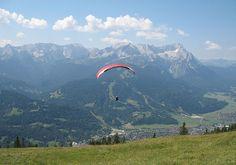 Paraglider started from Wank mountain in front of Wetterstein mountain range. Photo: Túrelio (via Wikimedia-Commons)