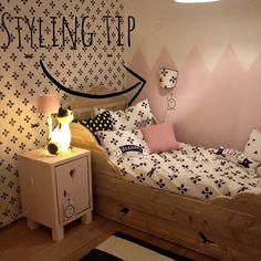 Schilder de muur niet in 1 kleur, maar kies voor 2 kleuren en een patroon zoals deze driehoeken!
