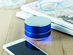 Altavoz Bluetooth 4.2 de aluminio con bateria recargable de Li-ion de 450 mAh y luz ambiental en la parte inferior del altavoz. Output 3W, 4 Ohm y 5V.Cable micro USB incluido.