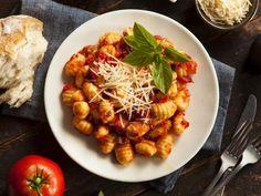 Gnocchis à la sauce tomate gratinés : Recette de Gnocchis à la sauce tomate gratinés - Marmiton
