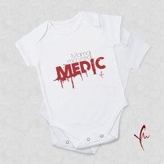 Sanatate! Body cu text imprimat: Mama ma vrea Medic Il gasiti la http://ya-ma.ro/produs/mama-ma-vrea-medic-body/