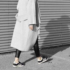 Mantel, Leggings und adidas Sneaker. Shop the Look: https://sturbock.me/IIg
