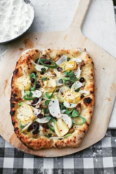 Party-Worthy Pizza - The Ultimate Backyard Pizza Party - Southernliving. Make your own gourmet pizza in 5 steps