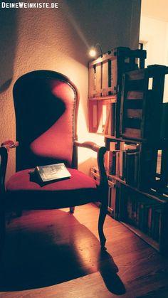 Leseecke mit Weinkisten (mit Anti-Holzwurm-Wärmebehandlung) abgeschirmt, als Raumteiler