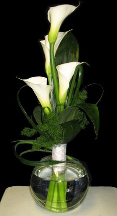 Brief and Straightforward Guide about calla lily centerpieces. We make it easy for everyone who need information about calla lilies wedding centerpieces here! White Floral Arrangements, Wedding Flower Arrangements, Wedding Flowers, Vase Arrangements, Ikebana, Calla Lily Centerpieces, Wedding Centerpieces, White Centerpiece, Table Centerpieces