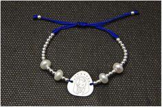 Pulsera medalla Virgen en plata y perlas. Regalo comuniones. Joyería en plata artesanal personalizada