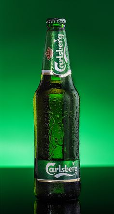 Carlsberg: Probably the best beer in the world. Stylish and elegant bottle! Even a person who does not drink beer is amazed. Bar Drinks, Alcoholic Drinks, Kingfisher Beer, Danish Beer, Beers Of The World, Best Beer, Beer Lovers, Bottle Design, Craft Beer