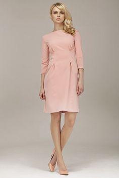 Różowa sukienka o eleganckim kroju