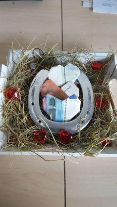 #feiertageundanlässe Bridesmaid Corsage, Perfect Ponytail, Make An Effort, Bride Bouquets, Dried Flowers, Wedding Bride, Free Crochet, Floral Arrangements, Walt Disney