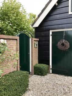 Capped brickwork with hedges and roses Garage Renovation, Garden Deco, Green Rooms, Outdoor Living, Outdoor Decor, House Front, Exterior Paint, Garden Inspiration, Interior Design Living Room