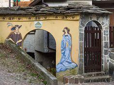 Partite per una gita a Parlasco, uno dei più piccoli borghi della Lombardia, e leggete la storia del bandito Lasco dipinta sugli affreschi del paese.