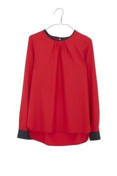 Camisa detalle mangas polipiel en rojo.