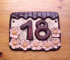 Keramické domovní číslo zdobené nahoře hnědou zvlněnou stříškou a ve spodní čísti květy sakury. House Numbers, Owl, Clays, Home, Poster, Gifts, Owls