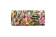 CLUTCH de pitón estampa flores tropical de la diseñadora mexicana Claudia Estrada colección primavera verano disponible en CAÑAMIEL