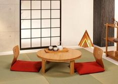 DIY low dining table and cushions, Japanese inspired These days a lot of homes in Japan use Western-style chairs and table although traditional Japanese dining tables are still very popular. Japanese Dining Table, Modern Dining Table, Round Dining Table, Elegant Dining, Minimalist Home Decor, Minimalist Scandinavian, Scandinavian Living, Minimalist Living, Asian Interior
