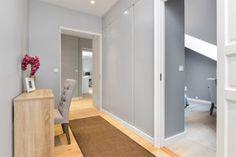 HØYDEPUNKTER: - Praktfull toppleilighet i 3. etasje med takhøyde målt til 3,06 m. - Hele leiligheten har blitt pusset opp i 2016 av Totalbygg Oslo AS. - Mye av innredning i Bjørn Farmanns gate 4 finnes i K72 Interiør i Kirkeveien 72. - Svært høy standard på materialvalg og utførelse. - Gulvvarme i hall, badene, wc, tv-stue, stue, grovkjøkken og kjøkken. - 2 peiser med glass på to sider. - Maste...