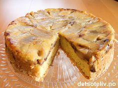 Her har du en alldeles vidunderlig eplekake som kjennetegnes ved at den stekes opp-ned. Kaken blir veldig myk og har et deilig og litt klissete epledekke som er smaksatt med valnøtter, sukker og kanel. Nydelig servert lunken sammen med vaniljeis eller tykk, hjemmelaget vaniljesaus! Apple Pie, Food And Drink, Sweets, Snacks, Cookies, Desserts, Crack Crackers, Tailgate Desserts, Appetizers