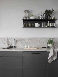 Dark grey kitchen with a natural stone top COCO LAPINE DESIGN Minimalist Kitchen Coco dark Design Grey Kitchen Lapine natural Stone Top Kitchen Shelves, Kitchen Dining, Kitchen Decor, Kitchen Ideas, Kitchen Sink, Granite Kitchen, Kitchen Quartz Backsplash, Backsplash Cheap, Travertine Backsplash