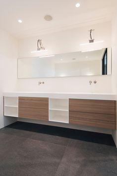 robuust maatwerk meubel met bovenblad in natuursteen | het badhuys, Badkamer