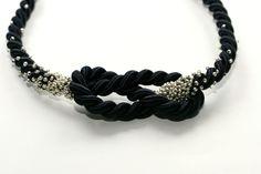 DIY geknotetes Statement - Eine ganz einfache Kette:  Knoten in die Kordel machen.  Perlen aufsticken.  Verschluss dran.  Fertig... ;)  Dieses und noch viel mehr Ketten-DIYs auf meinem Blog!