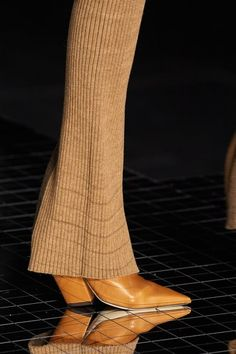Burberry Fall 2020 Ready-to-Wear Fashion Show Details: See detail photos for Burberry Fall 2020 Ready-to-Wear collection. Look 3 Vogue Paris, Fallen London, Burberry Prorsum, Vogue Russia, Mannequins, Loafers Men, Rubber Rain Boots, Bag Accessories, Ready To Wear
