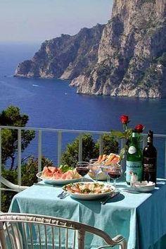 Desayuno en la isla de Capri , Italy . . .