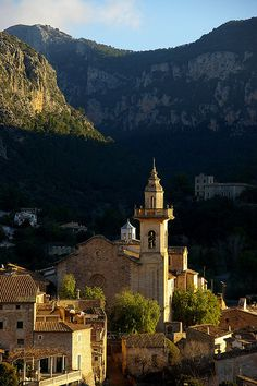 Picturesque village of Valldemossa in Mallorca Island, Spain (by SBA73).