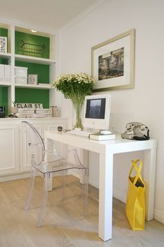 Bold color behind bookcases / Design Claire Bock / #office #green