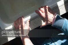 p694m910596, Altenpflege, Ältere Menschen, Erwachsener, Halten, Küche, Ring, Vogelperspektive