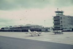 o aeroporto = der Flughafen   Aeroporto / LM Maputo, The Good Old Days, Terra, Seattle Skyline, Colonial, Countries, Portugal, History, Places