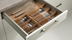 Küchentime, cajones a medida. Cubiertos de madera.