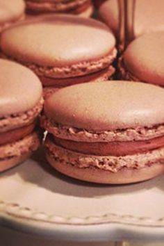 Recette des macarons au chocolat au lait avec ganache montée pour des macarons fondants. Des astuces pour ne plus les rater. Jessica Djaafar
