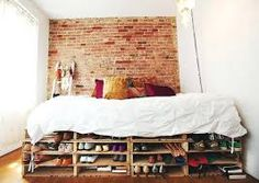 Pallet beds with storage cozy small bedroom a bed frame serving as shoe at diy Pallet Bedframe, Wood Pallet Beds, Diy Pallet Bed, Pallet Sofa, Pallet Furniture, Wooden Pallets, Pallet Ideas, Pallet Projects, Diy Projects