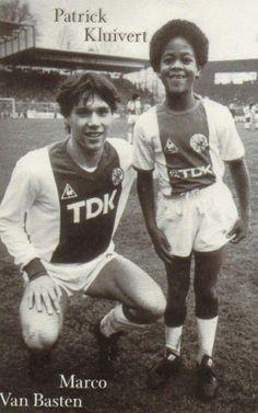 Marco Van Basten y Patrick Kluivert. Football Drills, Football Icon, Retro Football, World Football, Soccer World, Vintage Football, Sport Football, Marco Van Basten, Sport Nutrition