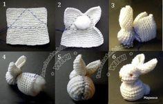 È un coniglio fatto con un quadrato a maglia ma si può fare anche all'uncinetto ^_^