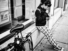 Caminando, paso a paso, llenas las calles.Personas que pasan, paran, caminan o corren.Acaloradas o muertas de frío.Paseantes.Pasantes.Calles llenas, o va