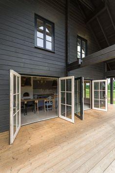 Ogromne okna tarasowe pozwalają wyjść bezpośrednio z jadalni na werandę