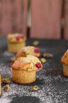 Friands de grosella, miel y pistachos