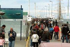 """El muelle de cruceros de Madryn recibió 10.000 visitantes en 4 días http://www.ambitosur.com.ar/el-muelle-de-cruceros-de-madryn-recibio-10-000-visitantes-en-4-dias/ La presencia de la fragata emblema de la Armada Argentina, """"A.R.A. Libertad"""", produjo un marcado incremento en la cantidad de visitantes que recibe esa terminal marítima, ya consolidada como paseo turístico a partir de su estrategia de insertarse en la población con el concepto de puerto-ciudad.     Tras"""