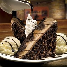 Longhorn Steakhouse Copycat Recipes: Chocolate Stampede This is one of our favorite 'out' desserts. This recipe looks amazing! This is a big dessert. Be sure to have someone share with you. Brownie Desserts, Chocolate Desserts, Just Desserts, Delicious Desserts, Yummy Food, Chocolate Cake, Chocolate Stampede Recipe, Longhorn Steakhouse Recipes, Longhorn Copycat Recipes