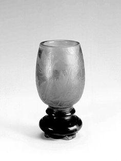 Émile Gallé (1846-1904). Vase Anémones de Pâques. 1892. Verre double couche, inclusions, décor gravé à la roue. Musée de l'École de Nancy - France