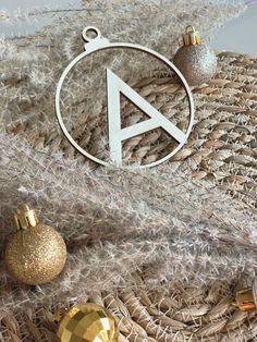 Decorate the Christmas tree with these beautiful wooden baubles! #feestdagen #kerst #cadeau #kerstcadeau #kerstmis #feest #gift #christmas Fun to give and even more fun to get! Versier de kerstboom met deze prachtige kerstballen van hout! Leuk om te geven en nóg leuker om te krijgen!